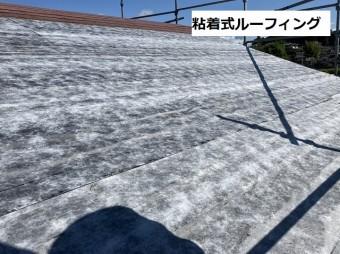 切妻屋根にカバー工法を行う為に粘着式ルーフィングを施工