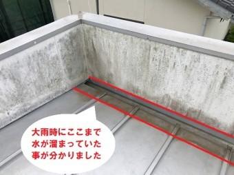 水戸市のパラペット屋根雨漏り調査で分かった水たまりができた痕