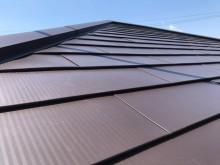 金属屋根で施工された屋根の棟付近