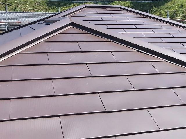 ガルバリウム鋼板でカバー工法を行った、ひたちなか市の屋根