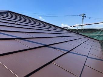 カバー屋根工事が完了した金属系横葺き屋根