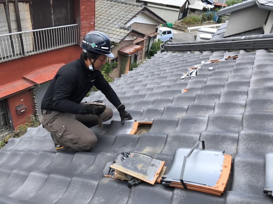 台風被害を受けて桟瓦を差し替えて補修している
