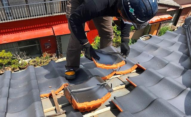 台風で飛散した和瓦を差し替える職人