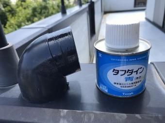 這樋に取り付けるエルボに塩ビ製接着剤を塗布