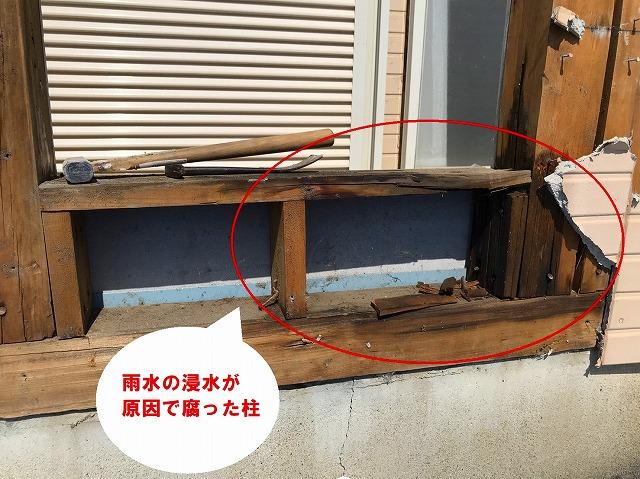 水戸市でベランダ手すりのぐらつきを直すための工事で激しく腐食しているベランダ束