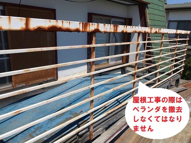 日立市の瓦棒葺き屋根雨漏りは経年劣化が原因で天井雨染み被害の現場調査の小屋裏雨漏り調査で工事の際はベランダ撤去しなければなりません