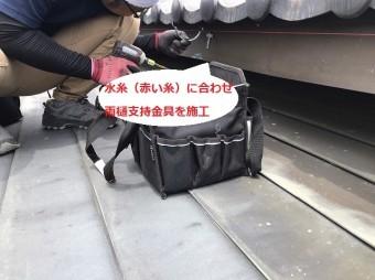 水糸に合わせ雨樋支持金具を取り付ける職人