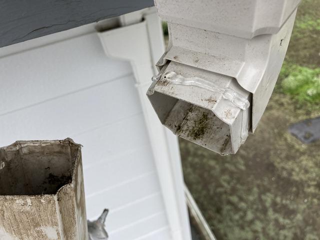 竪樋と呼び樋を接着剤を塗布して接合