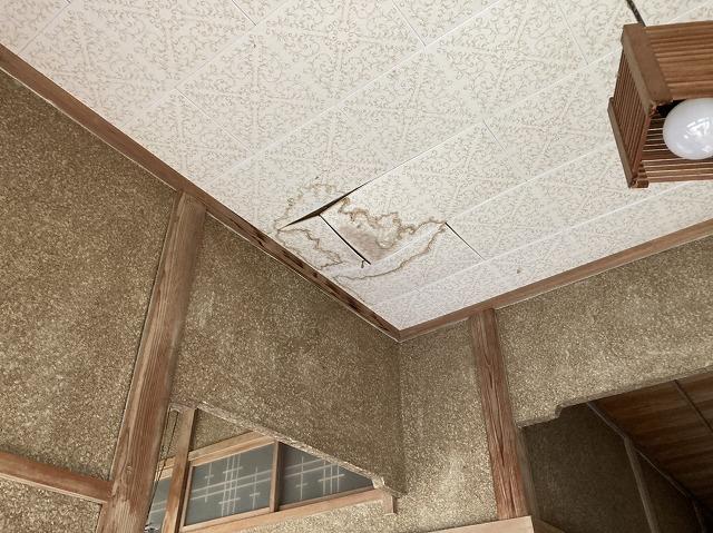 玄関ホールの天井材に雨漏りしている常陸太田市の現場