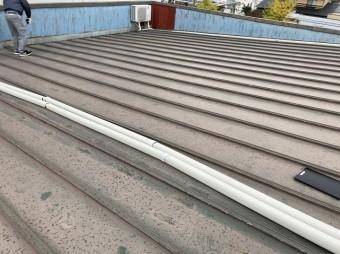 瓦棒ぶき屋根にエアコンのダクトが伸びている