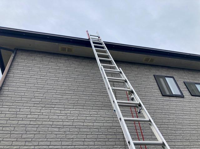 屋根に2連ハシゴを掛けて登ります