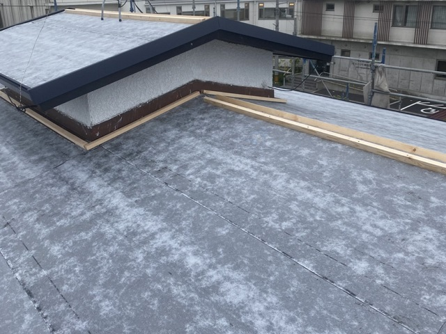 屋根と腰屋根への下地処理が完了