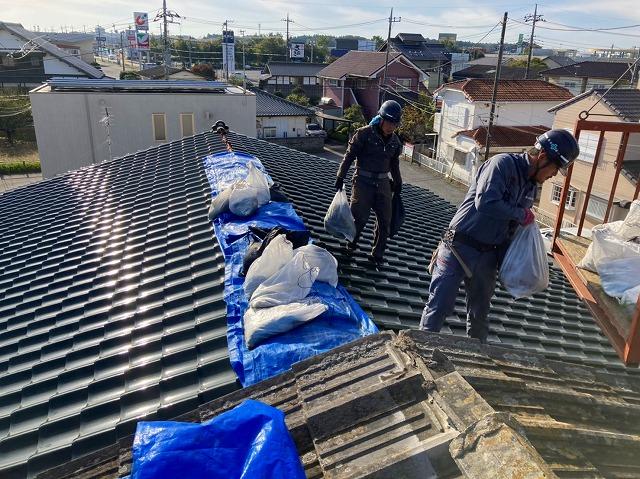 瓦屋根の養生を外す屋根職人