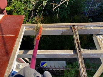 解体したテラス屋根を清掃します
