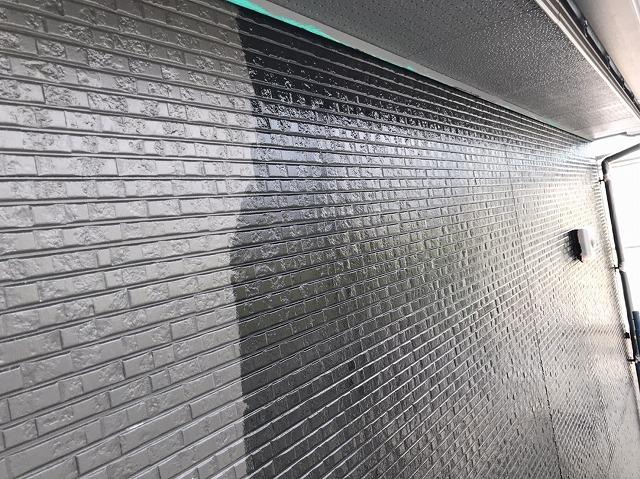 半分が下塗り状態でもう半分が中塗り状態の外壁