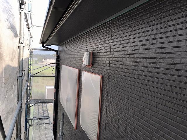 黒を使用し中塗りが完成した外壁