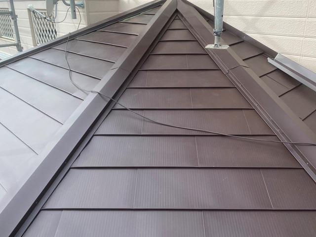 下屋根の棟板金施工が完了