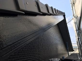 破風板を黒のマイルドシリコン塗料で塗布