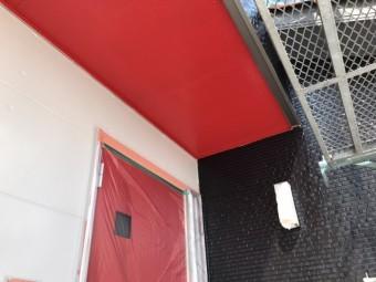 軒天を赤で塗装し玄関の赤とマッチ