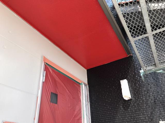 玄関先の軒天井を赤色で塗装