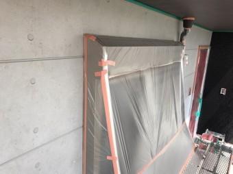 外壁塗装を行う為アルミサッシ枠にビニール養生を施す