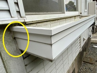 窓際に設置された白いフラワーボックス