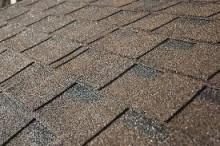 綺麗に貼り合わされたアスファルトシングル屋根材