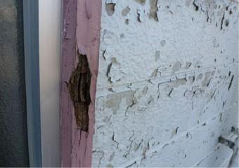 腐食した窓枠の木部