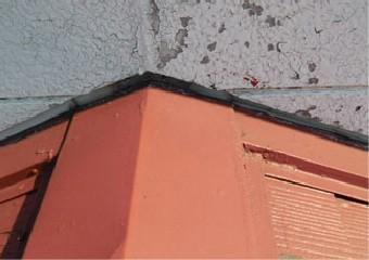 屋根と外壁の接合部分のコーキングの劣化写真