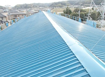 棟板金を取り付け屋根カバー工法は完了